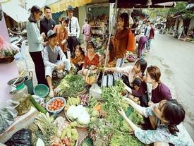 Bộ ảnh kỷ yếu 'chợ búa' của học sinh Hà Nội