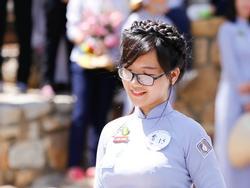 Cô gái diện áo dài lam 'gây thương nhớ' với góc ảnh nghiêng hoàn hảo