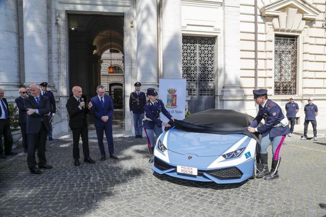 Cảnh sát Ý dùng siêu xe cây nhà, lá vườn Lamborghini Huracan làm ô tô tuần tra - Ảnh 1.