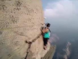 Hành trình leo núi nguy hiểm bậc nhất thế giới