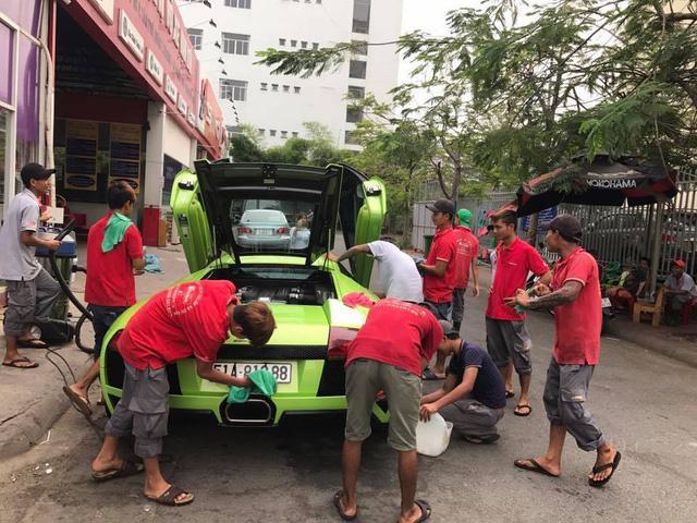 Hàng chục người tắm rửa cho siêu xe Lamborghini Murcielago LP640 ngay trên phố - Ảnh 1.