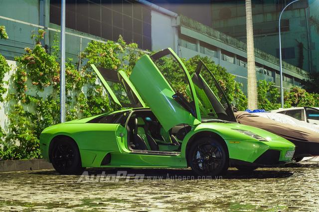 Hàng chục người tắm rửa cho siêu xe Lamborghini Murcielago LP640 ngay trên phố - Ảnh 3.