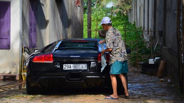 Hàng chục người tắm rửa cho siêu xe Lamborghini Murcielago LP640 ngay trên phố - Ảnh 2.