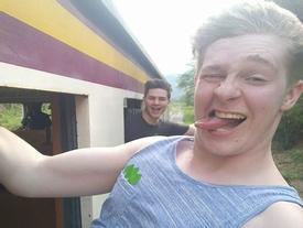 9X đối mặt tử thần sau cú ngã từ tàu hỏa khi đang selfie