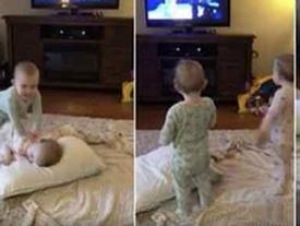 Video: Cặp song sinh 2 tuổi bắt chước y chang những cảnh chiếu trong phim hoạt hình