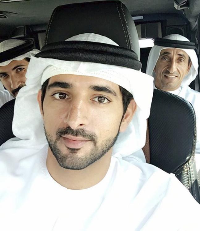 Thái tử đẹp trai của Dubai mang xe sang ra giải cứu xe tải mắc kẹt giữa sa mạc - Ảnh 2.