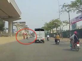 Phóng xe ngược chiều trên phố Hà Nội bị phang gậy vào lưng