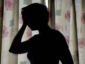 Cặp đôi mẹ nuôi, bố dượng bắt ép bé gái 12 tuổi quan hệ để sinh hộ con gây phẫn nộ