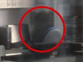 Hoang mang 'bóng ma' trong phòng vi tính để rồi ai cũng té ngửa sự thật đằng sau