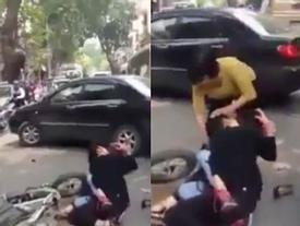 Va chạm giao thông nhẹ, hai thiếu nữ hung hăng lao vào đánh nhau đổ máu giữa đường