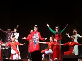 Noo Phước Thịnh hát liên khúc 'Bèo dạt mây trôi' khiến khán giả Châu Á thích thú