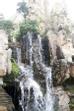 Thác nước từ trên cao đổ tràn xuống những tảng đá nằm hàng ngang, tung bọt trắng xóa biến thành ngọn thác uy vũ, huyền bí.