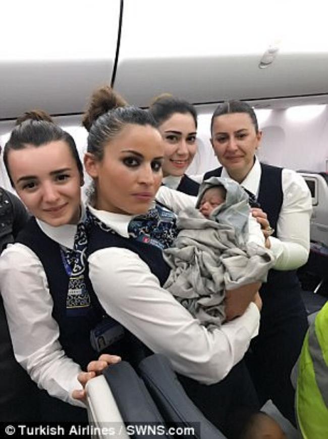 Bất ngờ sinh con trên máy bay ở độ cao gần 13 km - Ảnh 2.