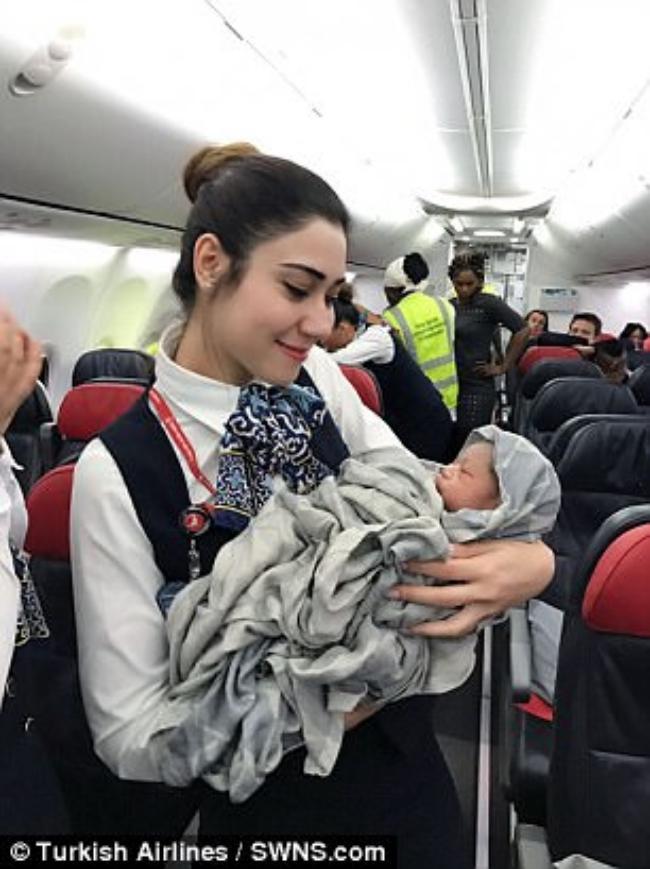 Bất ngờ sinh con trên máy bay ở độ cao gần 13 km - Ảnh 3.