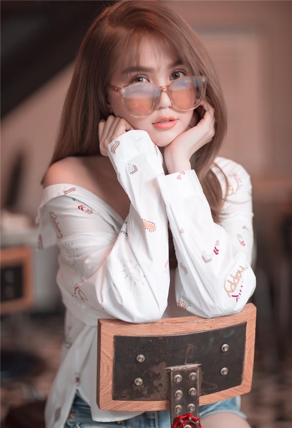 Bên cạnh đó, vẻ ngoài của mỹ nhân Vòng eo 56 còn cuốn hút hơn gấp bội lần khi chọn tông trang điểm nhẹ nhàng, ngọt ngào, vốn được các cô gái ưa chuộng hiện tại.