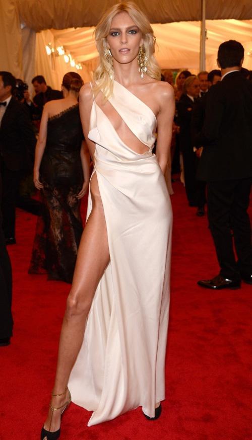 Chiếc đầm của chân dài bị BTC Cánh diều vàng cấm lên sân khấu trao giải có hở hang là gì so với các sao Hollywood này đâu