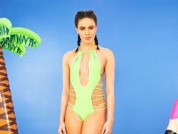 Điều gì xảy ra khi các cô gái bình thường mặc thử đồ bơi hở 'hiểm hóc' chỉ ngôi sao mới dám diện?