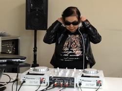 Cụ bà 82 tuổi trổ tài chơi DJ 'chất chơi' nhất thế giới
