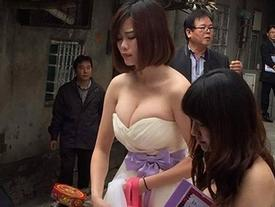 Xe sang về làng rước dâu làm tắc đường, nhưng cô phù dâu xinh đẹp này mới là tâm điểm của sự chú ý