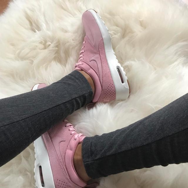 Qua rồi cái thời sneakers trắng là tâm điểm, 4 kiểu giày mới khiến chị em chao đảo là đây - Ảnh 2.