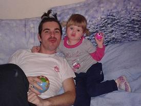 'Rơi mồm' với khoảnh khắc bố ở nhà cùng con gái