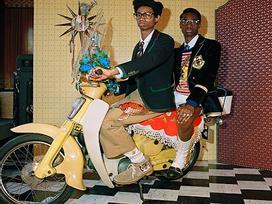Người mẫu đi xe Honda Cub trong ảnh quảng bá BST của Gucci
