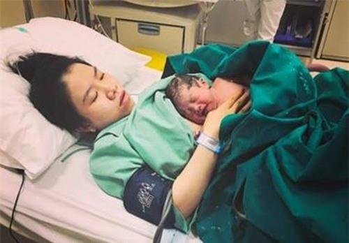 Chị Lan lúc sinh xong em bé.