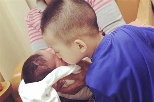 Hai đứa con đáng yêu của gia đình chị Lan.