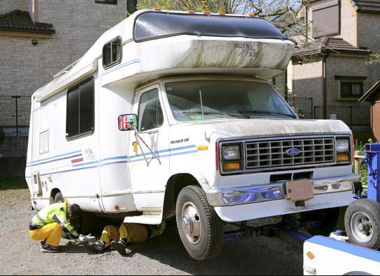 Chiếc xe cắm trại màu trắng của nghi phạm bị cảnh sát thu giữ để phục vụ điều tra.