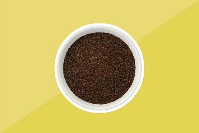 Hãy đặt một bát giấm trắng, hay baking soda hoặc bã cà phê trước khi bạn đi ngủ. Những thứ này sẽ giúp hút hết mùi đồ ăn còn xót lại, và sáng hôm sau bạn sẽ thấy phòng bếp chẳng còn ngập ngụa mùi đồ ăn nữa.
