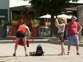 Clip hài: 'Vũ nữ' lĩnh đủ vì mải mê múa 'cột điện'
