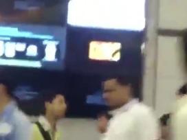 Video: Màn hình ở ga tàu đột ngột phát phim khiêu dâm khiến hành khách choáng váng