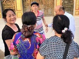 Danh hài Hoài Linh gửi lời xin lỗi vì ăn mặc thiếu lịch sự khi tiếp khách tham quan nhà thờ tổ