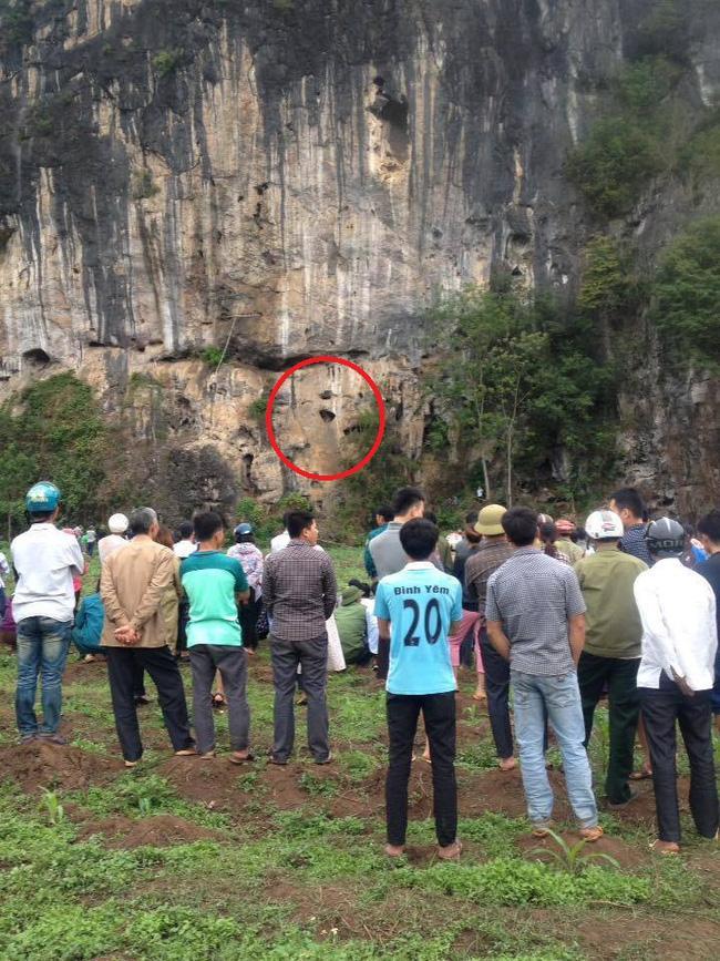 Phát hiện thi thể bốc mùi trong hang đá, nghi là của kẻ giết hại nữ giáo viên tương lai - Ảnh 1.