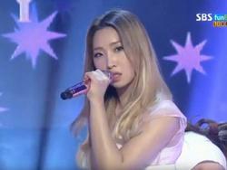 Fan xúc động khi Minzy vẫn dùng micro 2NE1 trên sân khấu debut đầu tiên