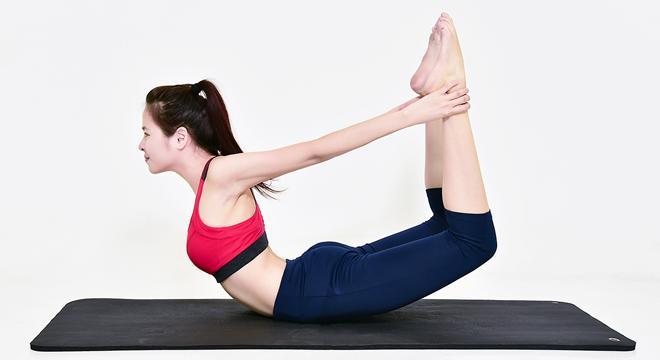 Tư thế cánh cung giúp loại bỏ mỡ thừa vùng bụng và lưng.