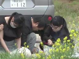 Cha mẹ Nhật L. ngã quỵ khi đến thắp hương và đặt hoa tại nơi phát hiện thi thể con