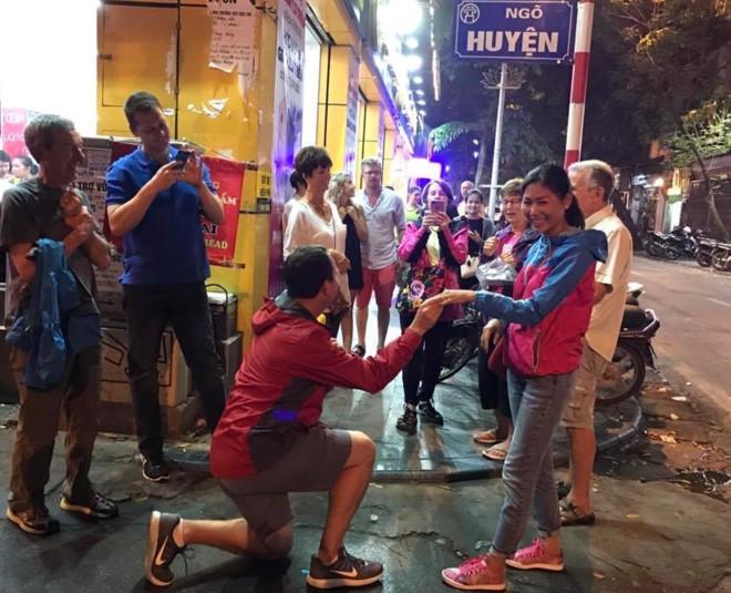 Chang Tay quy goi cau hon ban gai Viet giua pho co Ha Noi hinh anh 1