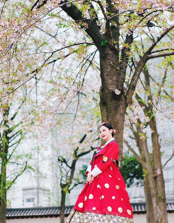 Cùng diện Hanbok, Sơn Tùng là nam thần, nữ thần phải chăng là Angela Phương Trinh?