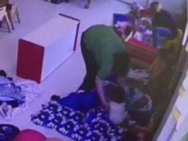 Liên tiếp xuất hiện hình ảnh cô giáo đánh, ném trẻ mầm non xuống đất vì không chịu ngủ trưa
