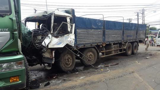 6 xe tải tông liên hoàn, 2 người dính chặt trong cabin - Ảnh 1.