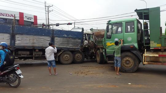 6 xe tải tông liên hoàn, 2 người dính chặt trong cabin - Ảnh 2.