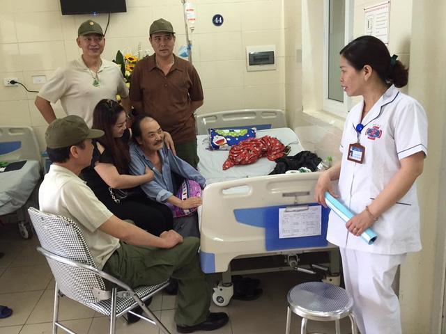 Sau khi biết tin nghệ sỹ Hoàng Thắng đang điều trị ung thư tại bệnh viện K.3, rất nhiều người thân, bạn bè, đồng nghiệp đã đến thăm ông. Ảnh: FBNV.