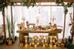 Các gam màu nâu, đỏ, xanh lá đậm từ hoa atiso, sen đá, quả thông khô được bày trí cùng với những chất liệu gần gũi như gỗ, rơm, giúp không gian lễ cưới trở nên ấm cúng và thân thuộc hơn.