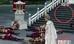 Trên các bậc cầu thang phía sau nhân vật Thánh hậu không hề có xác của binh lính.