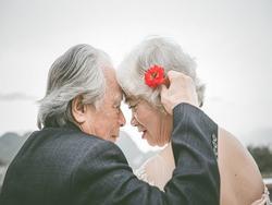 Ảnh cưới lãng mạn của cụ ông cụ bà khiến giới trẻ phải ghen tị với 'thời ông bà anh'