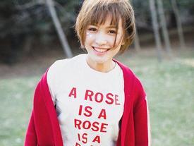 Sao phải cố 'so deep' làm gì, con gái cứ cười tươi là xinh nhất!