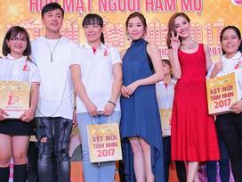 Hoa hậu Hong Kong vui chơi hết mình với fan Việt