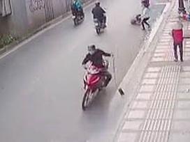 Clip: Tài xế taxi tông vào tên cướp giật túi xách ở Sài Gòn
