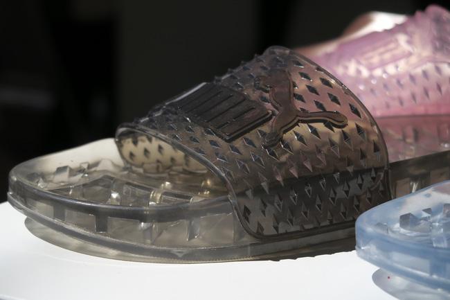 Dép Puma Fenty mẫu mới nhất của Rihanna trông chả khác gì dép nhựa đi trong nhà tắm! - Ảnh 4.